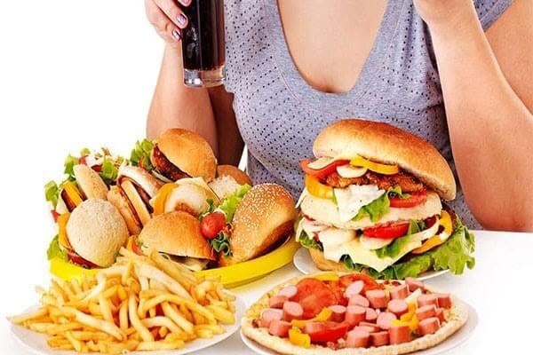Mụn cám hình thành do chế độ ăn uống không khoa học