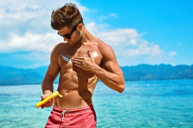 Không chỉ nữ mà nam giới cũng cần sử dụng kem chống nắng khi ra ngoài