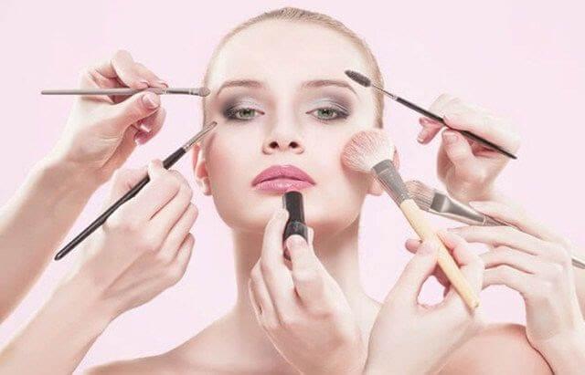 Hạn chế trang điểm là một trong những cách chăm sóc da mặt cần thiết