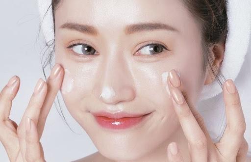 Chăm sóc da mặt hàng ngày bằng kem dưỡng ẩm