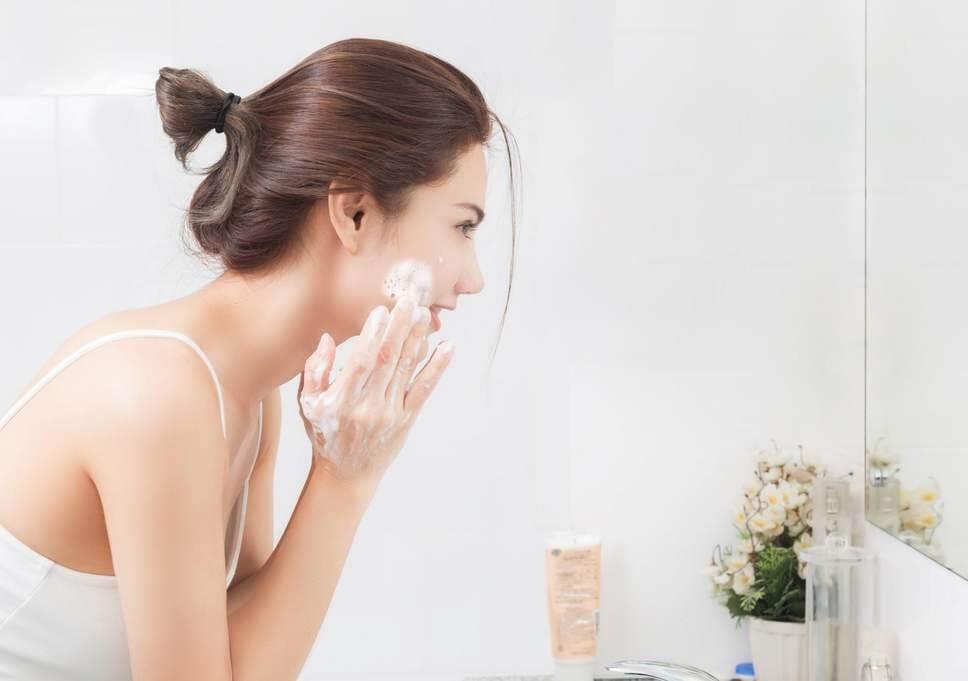 Sử dụng sữa rửa mặt hàng ngày là cách chăm sóc da mặt hiệu quả
