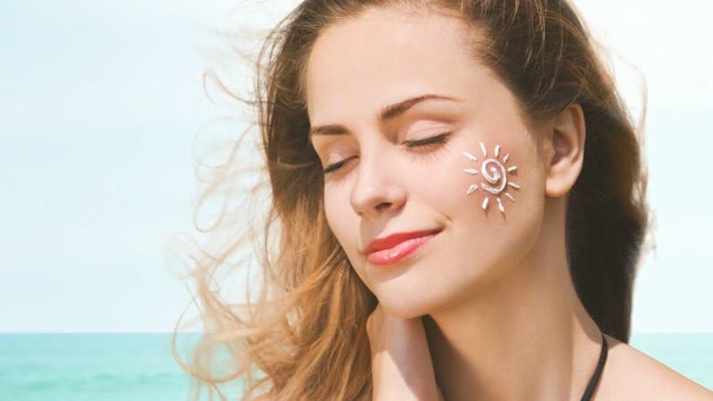 Kem chống nắng giúp bảo vệ làn da trước nguy cơ gây mụn