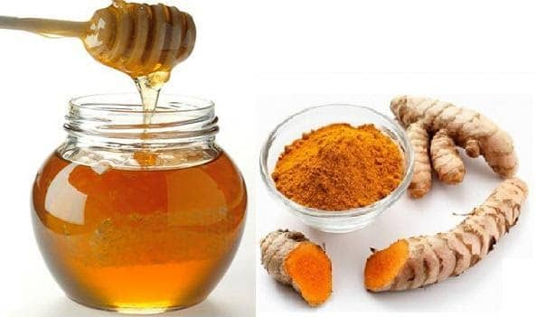 Mặt nạ mật ong và nghệ cân bằng độ ẩm và giúp bạn phục hồi làn da sạm, nám nhanh chóng