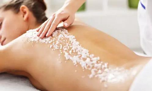 Muối có thể giúp bạn loại bỏ mụn ở lưng