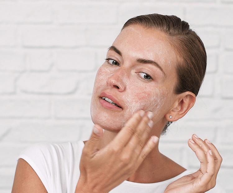 Tẩy tế bào chết đều đặn 2 lần/tuần sẽ giúp da bạn hết mụn