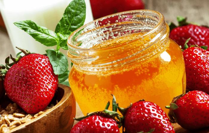 Dâu tây và mật ong chăm sóc da và loại bỏ tế bào chết hiệu quả
