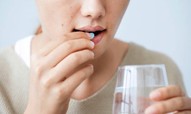 Cách chữa da mặt bị ngứa do dị ứng là dùng thuốc
