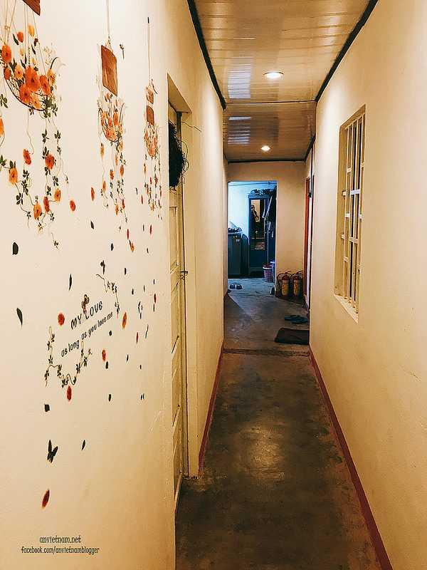 Hành lang trang trí bên trong các Homestay ở Bảo Lộc , đi thẳng là khu bếp bên trái và khu vệ sinh bên phải